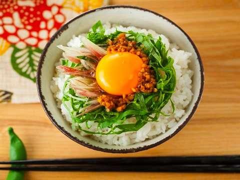 いつもの卵かけご飯も、おしょうゆをしょうゆ合わせ米麹に代えるだけでグンと美味しくなりますよ。みょうがや大葉をトッピングすればサッパリといただけます。