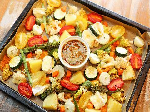 天板やホットプレートに、お好みの野菜をぎゅうぎゅうに敷き詰めて焼くだけ。ちょっぴりエスニックな白だしカレー風味のドレッシングが、どの野菜にもよく合います。