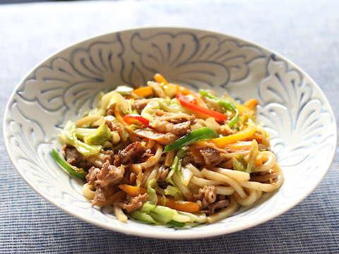 牛コマ肉と彩り野菜の焼きうどんのレシピ・作り方 | Happy Recipe(ヤマサ醤油のレシピサイト)