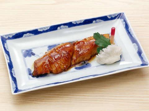 サワラは白身の上品な味を持つ魚ですが、照り焼きにすると、意外に脂もあって肉と同じような満足感を味わえます。